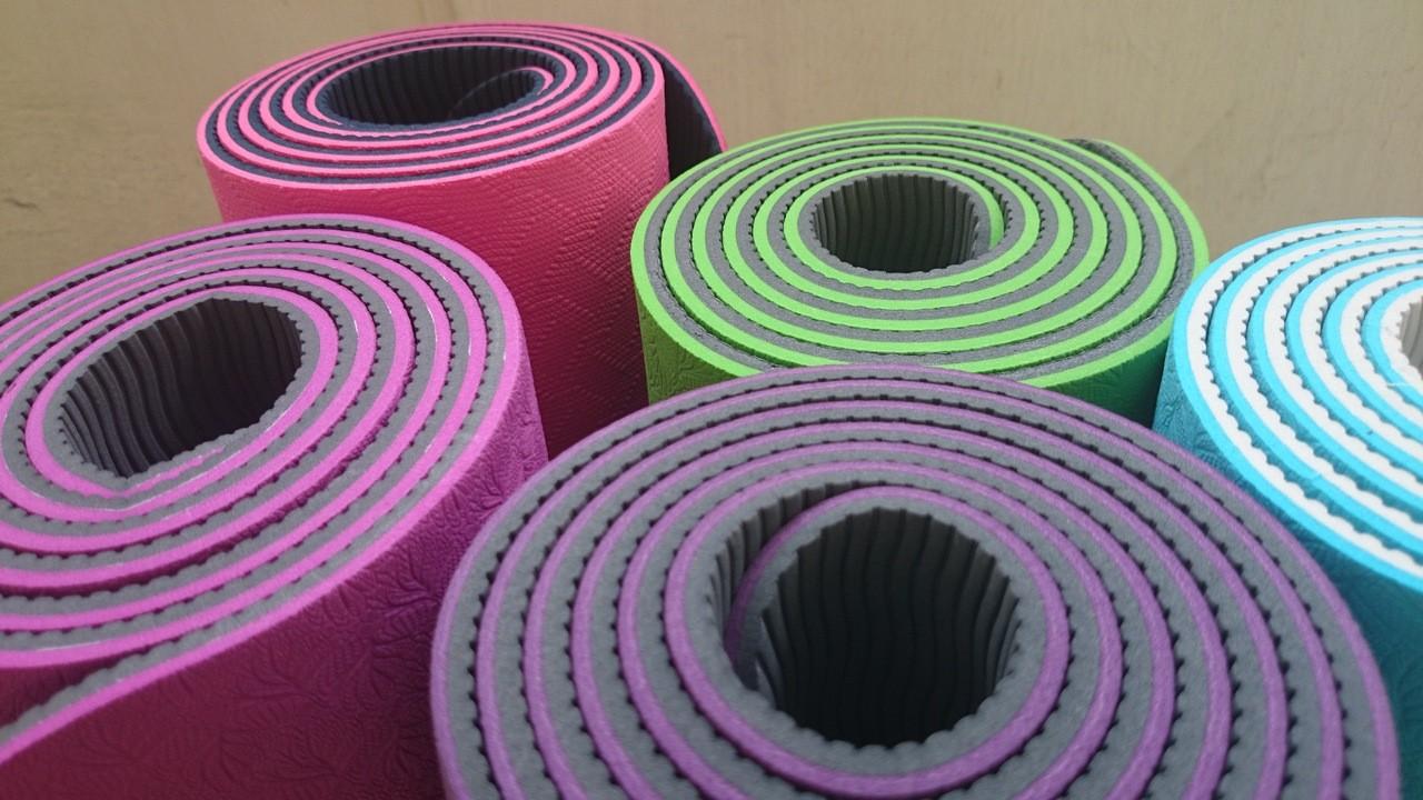 Akcesoria sportowe – jak wybrać matę do jogi?